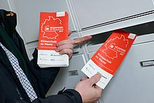 Heizspiegel-Botschafter Till Eichmann mit dem Heizspiegel-Flyer