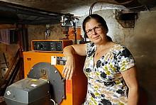 Frau Rieck mit ihrem Öl-Heizkessel beim Praxistest Brennwert