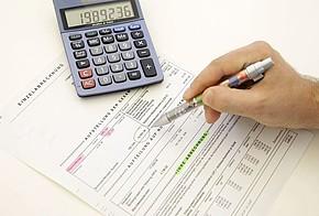 Heizkostenabrechnung, Taschenrechner, Mieter macht Notizen