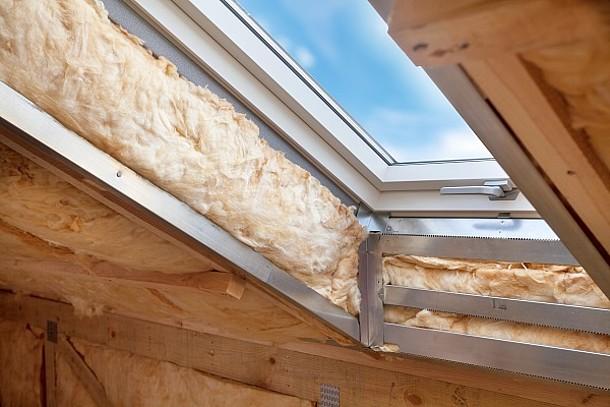 Das Bild zeigt ein gut gedämmtes Dach, das sich auch für den Einsatz einer Deckenheizung eignet.