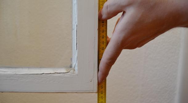 Mit einem Zollstock können Sie Ihren Fensterrahmen vor dem abdichten abmessen.
