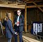 Mit Hilfe des Heizspiegels erfährt Heizspiegel-Botschafter Till Eichmann durch den Vergleich mit ähnlichen Gebäuden, wie der energetische Zustand eines Gebäudes im Vergleich ist. So erhält er eine gute Orientierung, wo die größten Einsparpotenziale liegen und auf welche Gebäude er sich bei Sanierungen zuerst konzentrieren sollte.